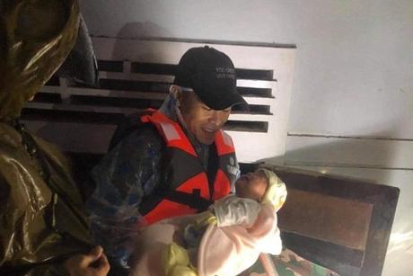 Dân Quảng Trị kêu cứu: Đội cứu hộ ra sức tiếp cận vùng lũ ngay trong đêm