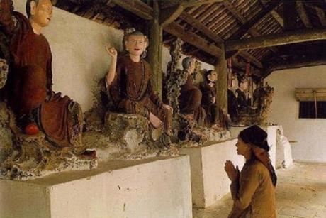 Nằm ngủ nghe Kinh Phật có tội không?
